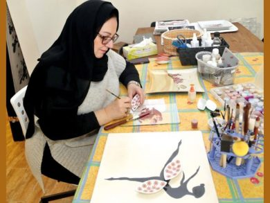 Photo of الرسم على البورسلان يمزج الأفكار بالألوان