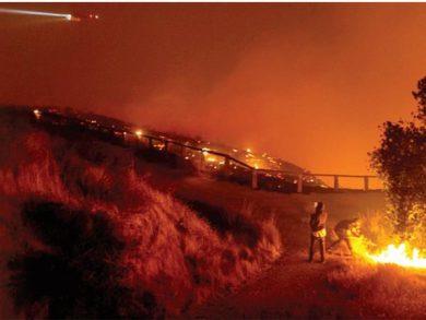 Photo of كاليفورنيا: حالة تأهب بسبب حرائق دمّرت عشرات المنازل