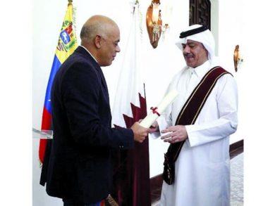 Photo of حاكم كاراكاس يقلد سفيرنا وسام استحقاق من الدرجة الأولى