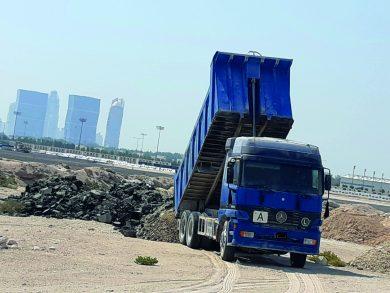 Photo of ضبط شاحنة تلقي مخلَّفات بأرض فضاء