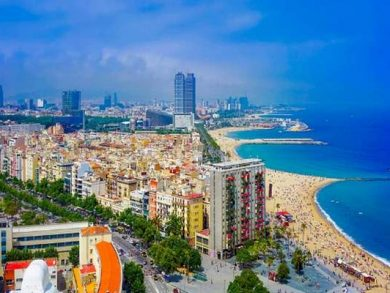Photo of شواطئ برشلونة تكتظ بالمصطافين رغم ارتفاع الإصابات بكورونا