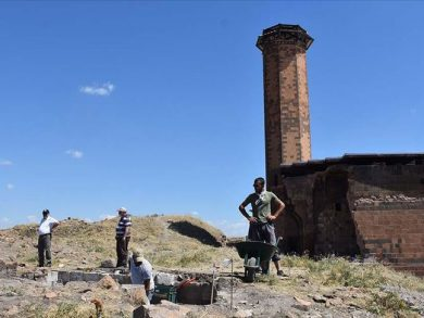 Photo of تواصل أعمال التنقيب الأثرية حول أول جامع تركي في الأناضول لإعادة فتحه