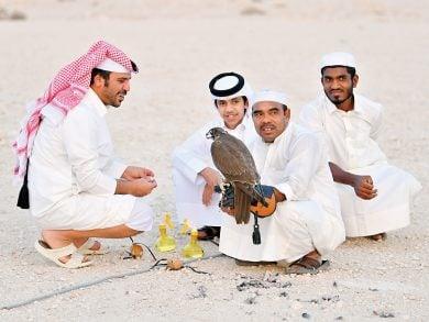 Photo of الراية ترافق الصقارة في رحلة تدريب الصقور