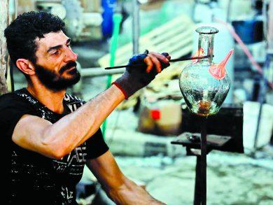 Photo of زجاج بيروت المحطم يتحول لأشكال فنية