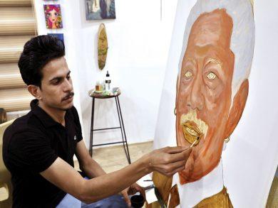 Photo of فنان عراقيّ يرسم لوحاته بالقهوة