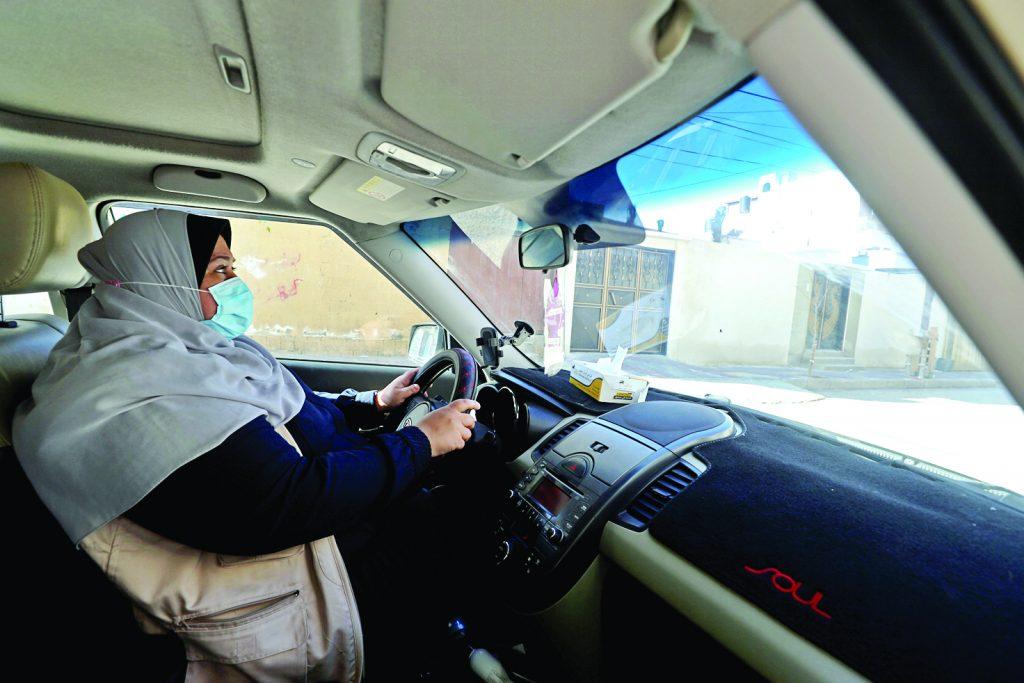 سائقة سيارة أجرة