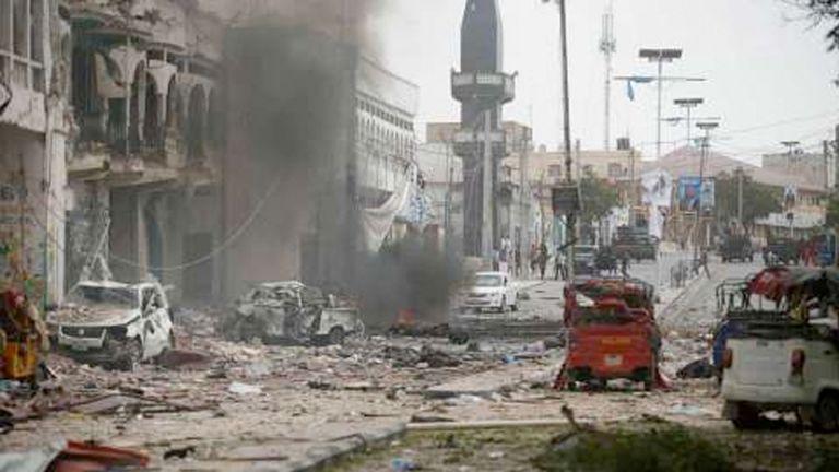 Photo of 20 قتيلًا بتفجير انتحاري استهدف مطعمًا في مقديشو